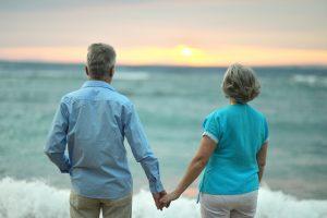 ældre par ser ud over havet