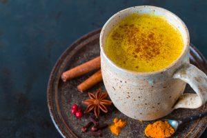 Billede af kop med gurkemejelatte golden milk